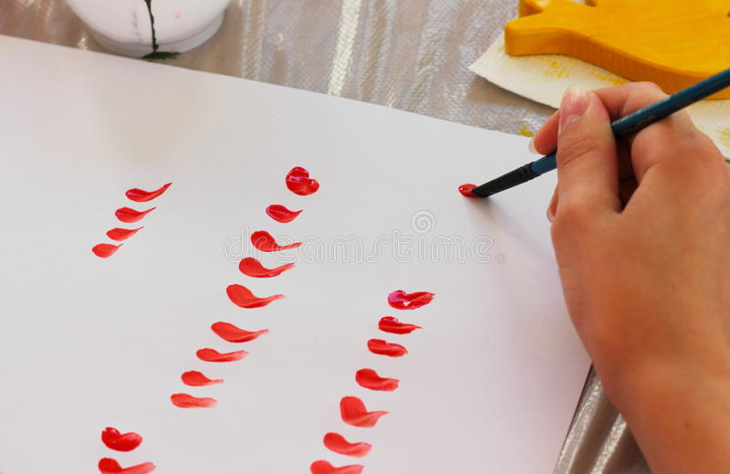 Κάνετε τα κτυπήματα βουρτσών σε χαρτί στοκ εικόνες με δικαίωμα ελεύθερης χρήσης