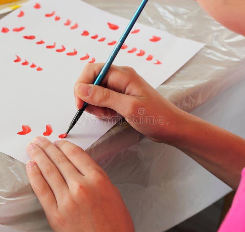 Κάνετε τα κτυπήματα βουρτσών σε χαρτί στοκ φωτογραφία