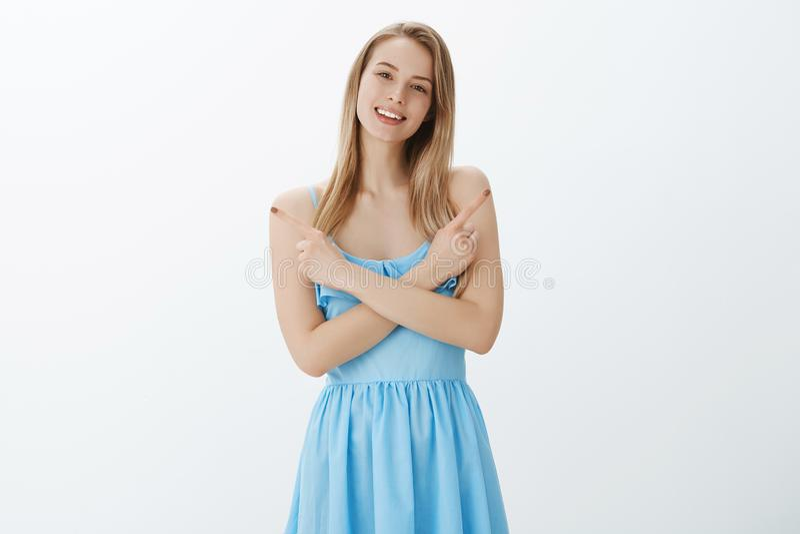 Κάνετε την επιλογή σοφά Πορτρέτο του χαλαρωμένου και φιλικού όμορφου ξανθού κοριτσιού στο μπλε φόρεμα που διασχίζει τα χέρια στο  στοκ φωτογραφία με δικαίωμα ελεύθερης χρήσης