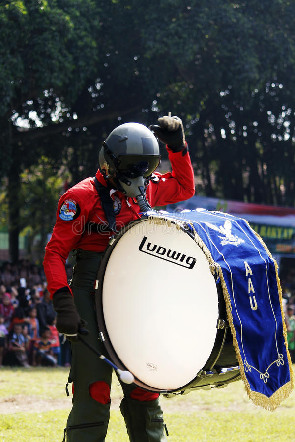 Κάνετε τη μπάντα από τους ινδονησιακούς μαθητές στρατιωτικής σχολής Πολεμικής Αεροπορίας. στοκ φωτογραφία