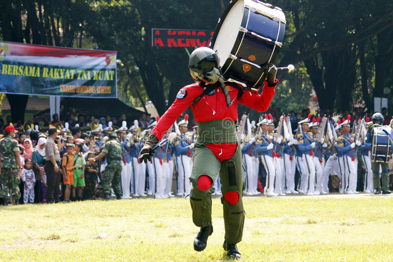 Κάνετε τη μπάντα από τους ινδονησιακούς μαθητές στρατιωτικής σχολής Πολεμικής Αεροπορίας. στοκ εικόνα