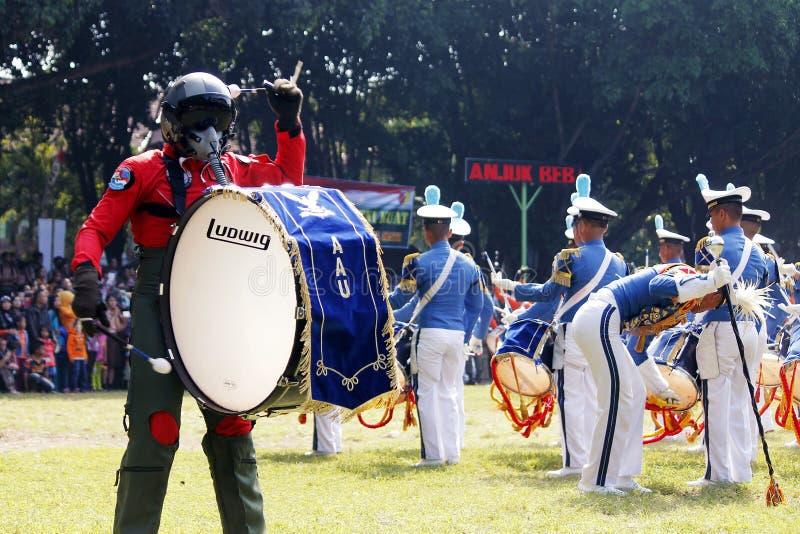Κάνετε τη μπάντα από τους ινδονησιακούς μαθητές στρατιωτικής σχολής Πολεμικής Αεροπορίας. στοκ φωτογραφίες