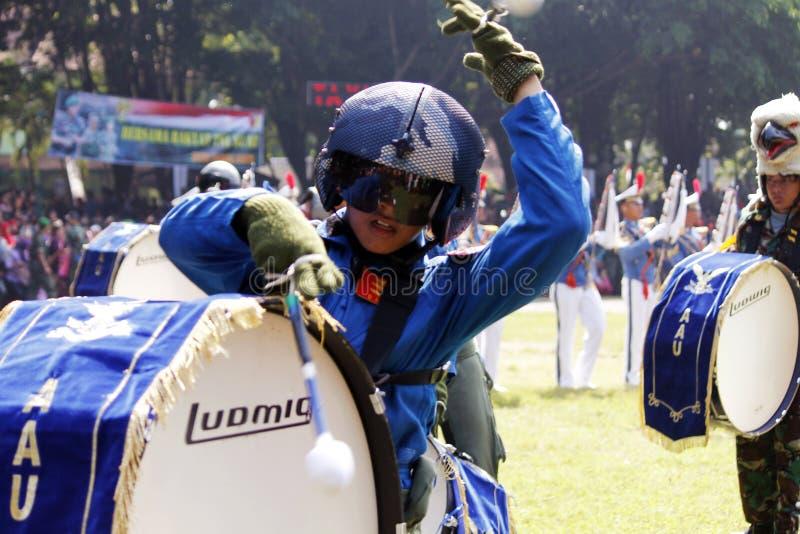 Κάνετε τη μπάντα από τους ινδονησιακούς μαθητές στρατιωτικής σχολής Πολεμικής Αεροπορίας. στοκ εικόνες με δικαίωμα ελεύθερης χρήσης