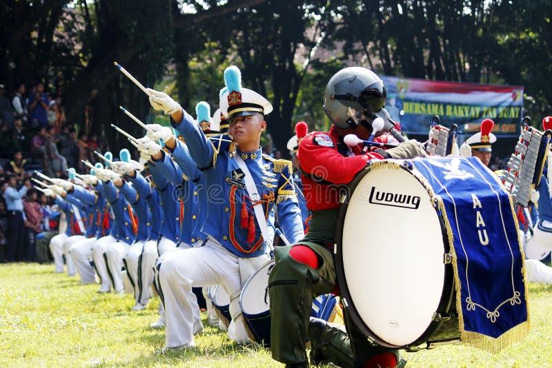 Κάνετε τη μπάντα από τους ινδονησιακούς μαθητές στρατιωτικής σχολής Πολεμικής Αεροπορίας. στοκ εικόνες