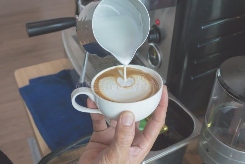 Κάνετε latte τον καφέ τέχνης στοκ εικόνες
