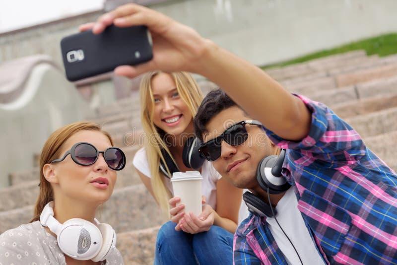 Κάνετε selfie τις φωτογραφίες με τους φίλους στοκ φωτογραφία με δικαίωμα ελεύθερης χρήσης