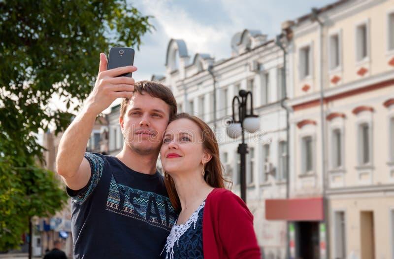 Κάνετε selfie τις φωτογραφίες με τους φίλους στοκ εικόνα με δικαίωμα ελεύθερης χρήσης