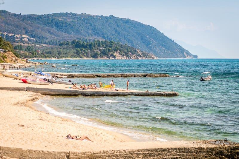 Κάνοντας ηλιοθεραπεία στην παραλία σε Ouranoupoli, Ελλάδα στοκ φωτογραφία με δικαίωμα ελεύθερης χρήσης