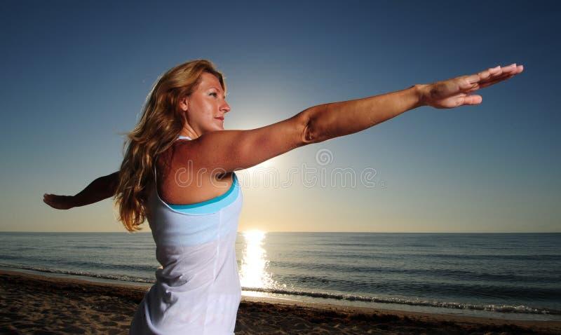 κάνοντας ΙΙ θέστε τη γυναίκα πολεμιστών virabhadrasana στοκ εικόνες