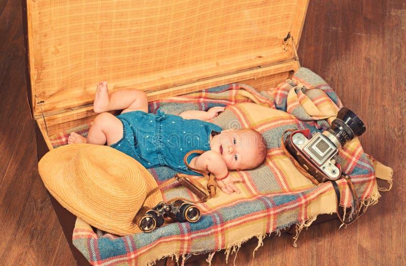 Κάνοντας με ευτυχησμένο r Πορτρέτο δημοσιογράφων φωτογραφιών ευτυχούς λίγο παιδί Μικρό κορίτσι στη βαλίτσα στοκ φωτογραφία