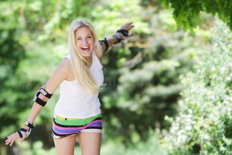 κάνοντας πατινάζ γυναίκα κυλίνδρων rollerblade στοκ εικόνες