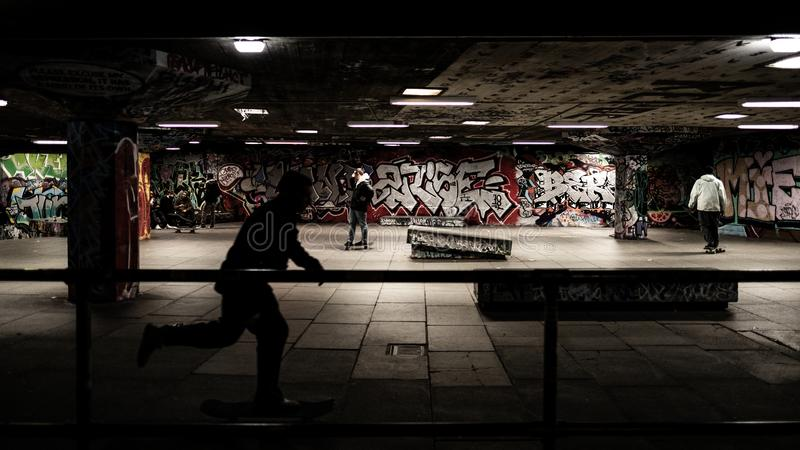 Κάνοντας σκέιτ μπορντ στο skatepark, μαύρη σκιά στοκ φωτογραφία