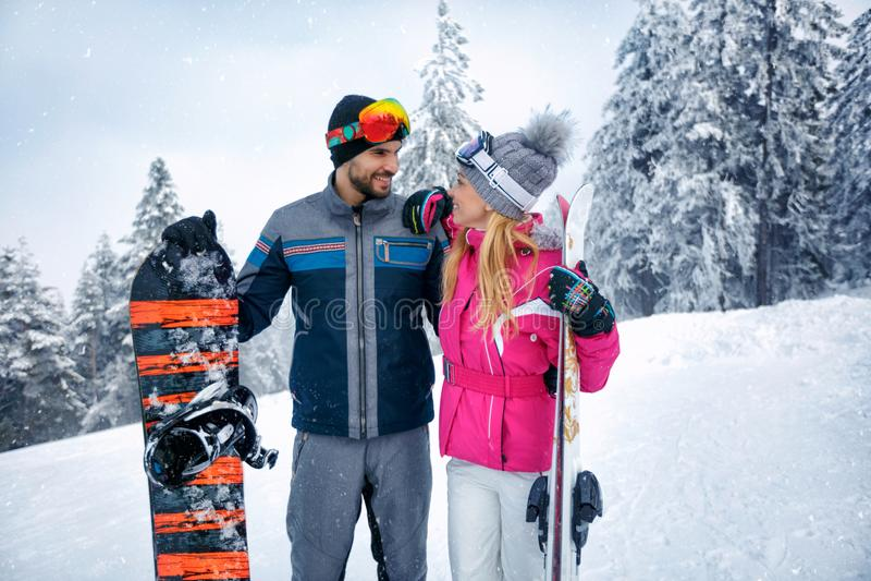 Κάνοντας σκι και snowboarding απόλαυση ζεύγους στα χιονώδη βουνά στοκ εικόνες με δικαίωμα ελεύθερης χρήσης