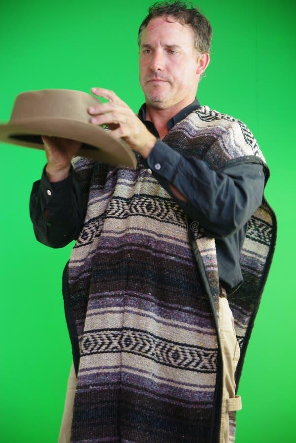 Κάουμποϋ που στοχεύει το μαχαίρι περίστροφων υπό εξέταση στοκ φωτογραφίες