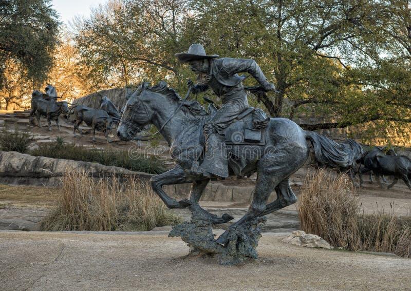 Κάουμποϋ χαλκού στην πλάτη αλόγου στον πρωτοπόρο Plaza, Ντάλλας, Τέξας στοκ φωτογραφία