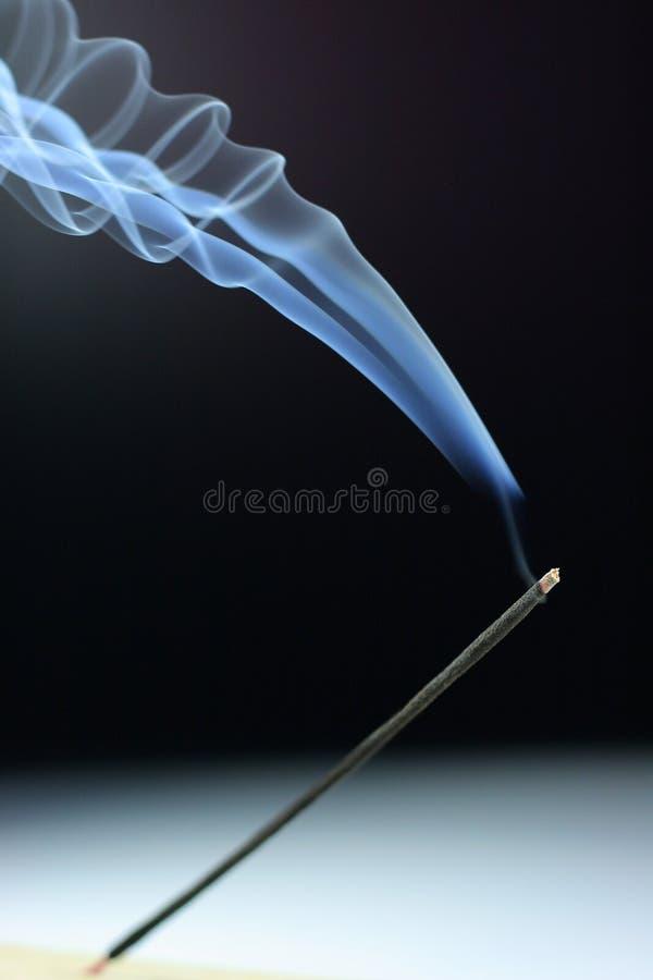 κάπνισμα θυμιάματος στοκ εικόνες
