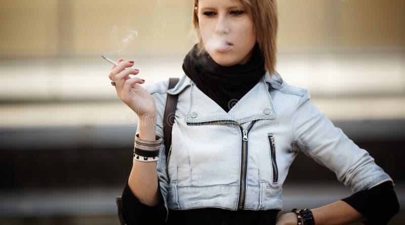 Download κάπνισμα στοκ εικόνα. εικόνα από εθισμένοι, κάψιμο, ομάδων - 17059777