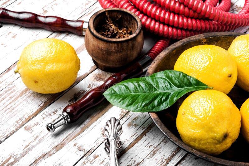Κάπνισμα hookah με τη γεύση λεμονιών στοκ εικόνα με δικαίωμα ελεύθερης χρήσης