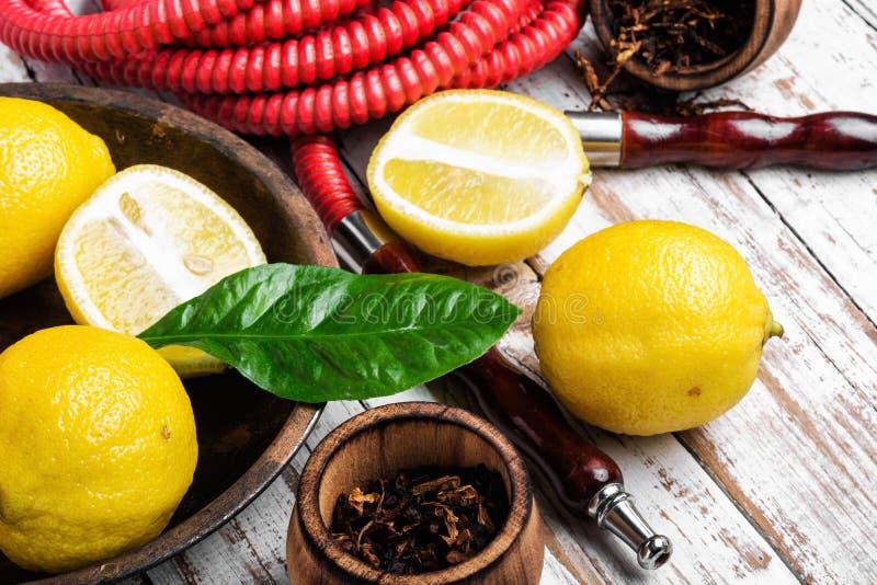 Κάπνισμα hookah με τη γεύση λεμονιών στοκ φωτογραφία