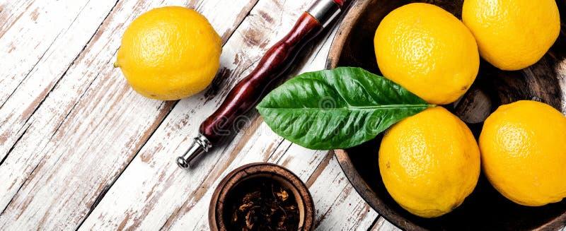 Κάπνισμα hookah με τη γεύση λεμονιών στοκ εικόνες