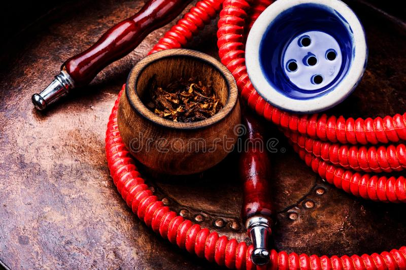 Κάπνισμα hookah με τον καπνό στοκ εικόνες