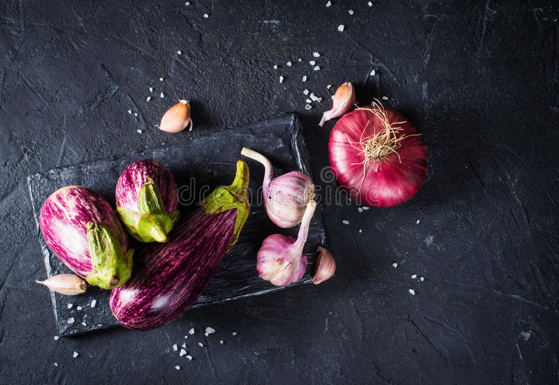 Κάποια μελιτζάνες, σκόρδο και κόκκινο κρεμμύδι στοκ εικόνα με δικαίωμα ελεύθερης χρήσης