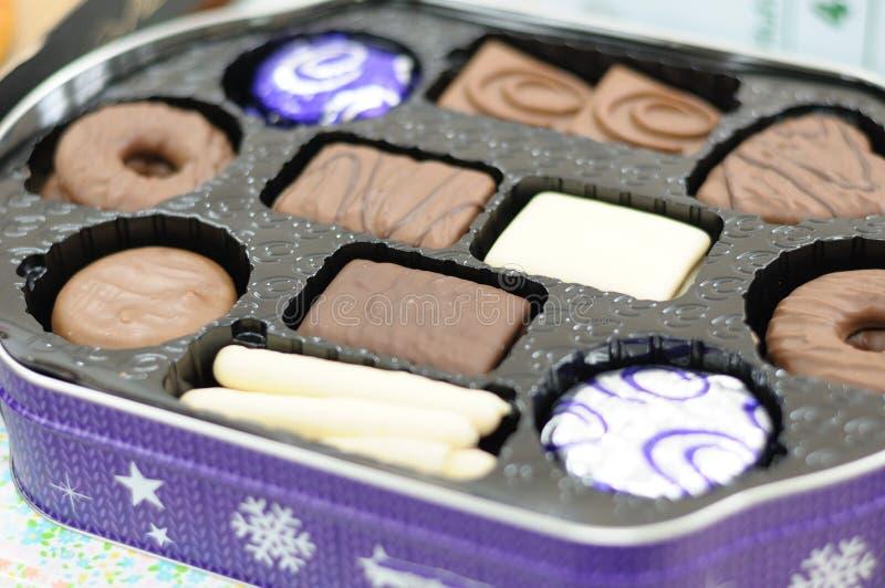 Κάποια σοκολάτα τσιμπά στο δίσκο κιβωτίων στοκ εικόνα