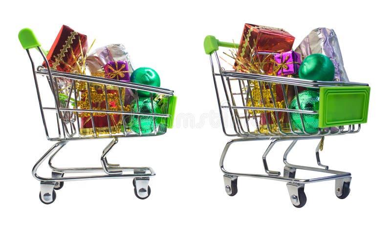 Κάρρο αγορών με τα χριστουγεννιάτικα δώρα στοκ εικόνα με δικαίωμα ελεύθερης χρήσης
