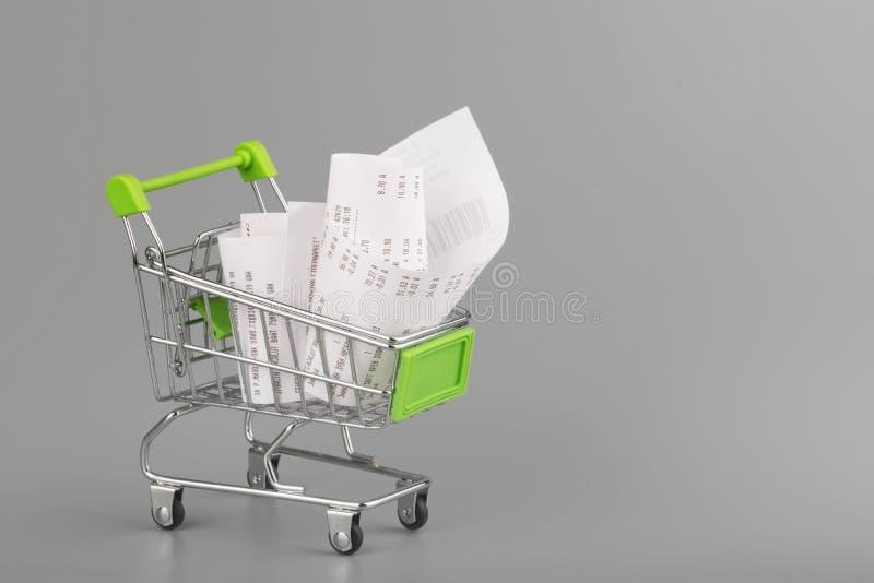 Κάρρο αγορών με την παραλαβή, την έννοια για τις δαπάνες παντοπωλείων και τον καταναλωτισμό στοκ φωτογραφία με δικαίωμα ελεύθερης χρήσης