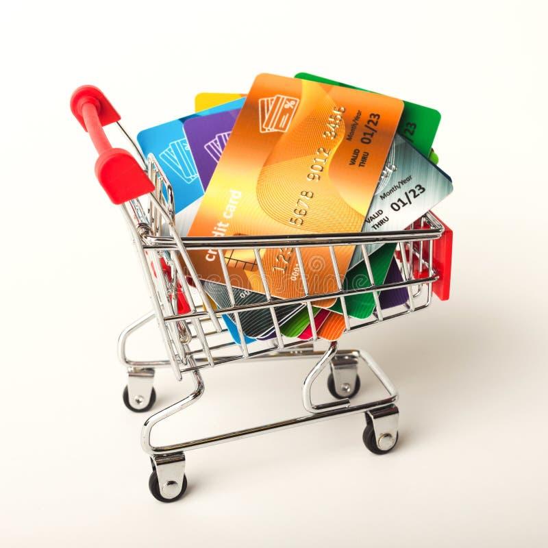 Κάρρο αγορών με τις πιστωτικές κάρτες που απομονώνονται στο άσπρο υπόβαθρο στοκ εικόνα με δικαίωμα ελεύθερης χρήσης
