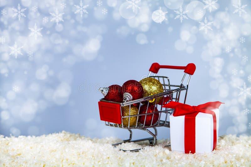 Κάρρο αγορών με τις σφαίρες Χριστουγέννων στοκ φωτογραφίες με δικαίωμα ελεύθερης χρήσης
