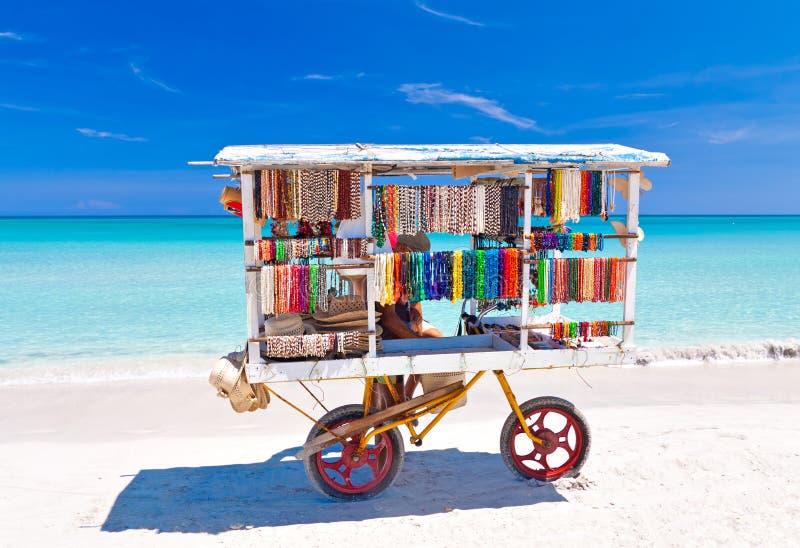 Κάρρο αναμνηστικών στην παραλία Varadero στην Κούβα στοκ φωτογραφία με δικαίωμα ελεύθερης χρήσης