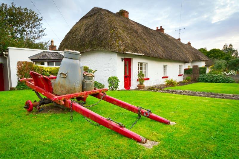 Κάρρο γάλακτος στα σπίτια εξοχικών σπιτιών σε Adare, Ιρλανδία στοκ εικόνες