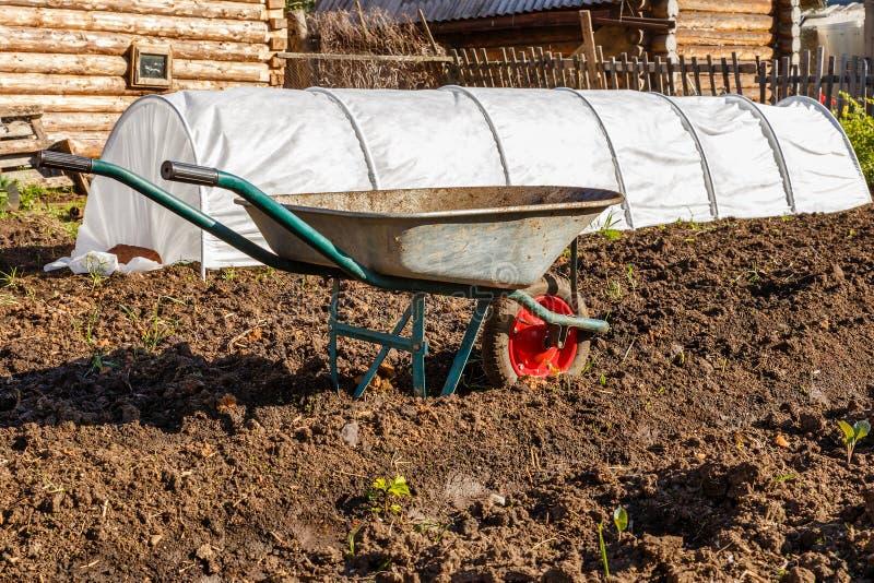 Κάρρο για τη μεταφορά του φορτίου στον κήπο στοκ εικόνες με δικαίωμα ελεύθερης χρήσης
