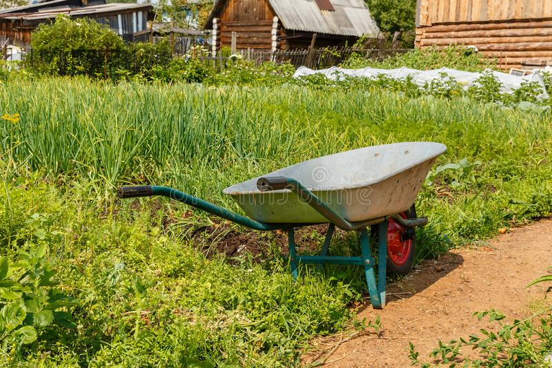 Κάρρο για τη μεταφορά του φορτίου στον κήπο στοκ εικόνες