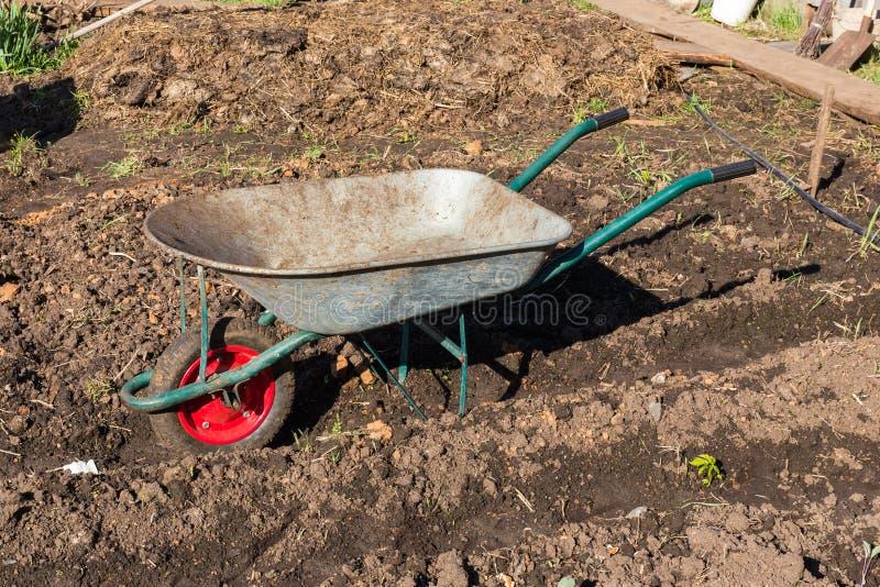 Κάρρο για τη μεταφορά του φορτίου στον κήπο στοκ φωτογραφία με δικαίωμα ελεύθερης χρήσης