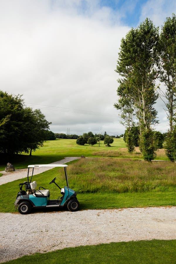 Κάρρο γκολφ στο γήπεδο του γκολφ στοκ εικόνες