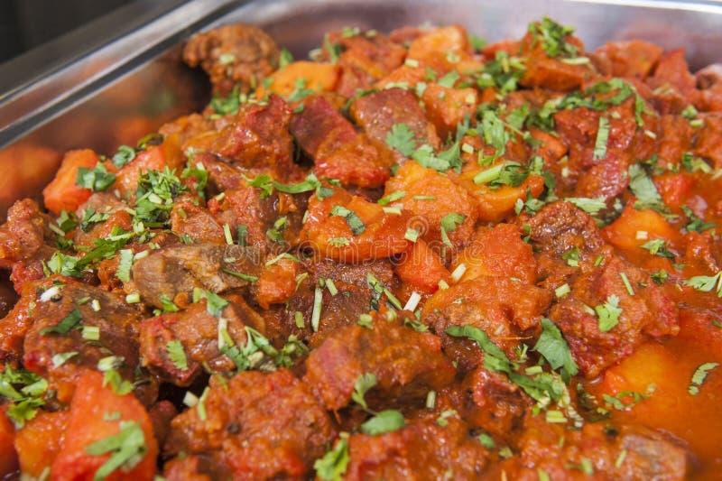 Κάρρυ vindaloo βόειου κρέατος σε έναν ινδικό μπουφέ εστιατορίων στοκ εικόνα
