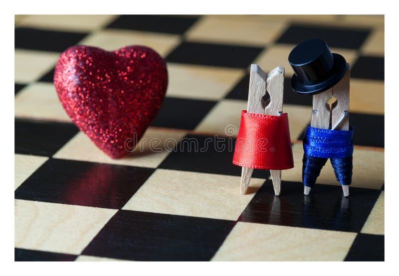 Κάρτα έννοιας αγάπης Clothespins: ρομαντικό ζεύγος στο κεραμωμένο έδαφος στοκ φωτογραφία με δικαίωμα ελεύθερης χρήσης