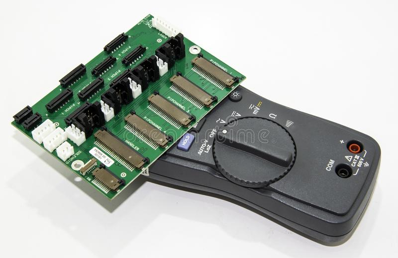 Κάρτα ηλεκτρονικού κυκλώματος με πολυάριθμα εξαρτήματα στοκ εικόνα