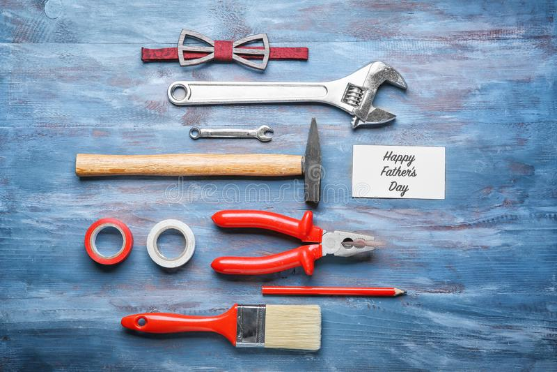 Κάρτα με ευτυχής πατέρας \ «s κειμένων \ «ημέρα \», δεσμός τόξων και σύνολο εργαλείων στο ξύλινο υπόβαθρο στοκ φωτογραφία με δικαίωμα ελεύθερης χρήσης
