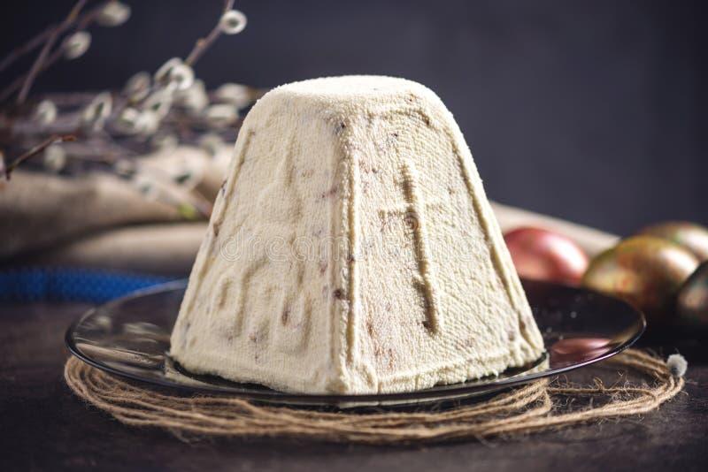 Κάρτα με τα παραδοσιακά επιδόρπια και τα ζωηρόχρωμα αυγά στο αγροτικό ύφος σε ένα σκοτεινό υπόβαθρο Πάσχα ευτυχές στοκ εικόνες