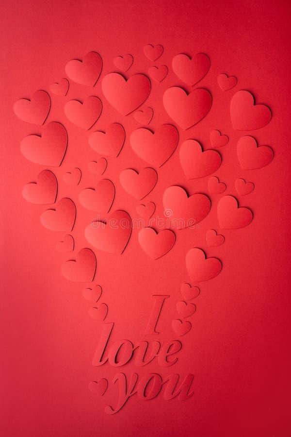 Κάρτα των κόκκινων καρδιών, που αποκόπτει του εγγράφου, που σχεδιάζονται υπό μορφή μπαλονιού στοκ φωτογραφία με δικαίωμα ελεύθερης χρήσης