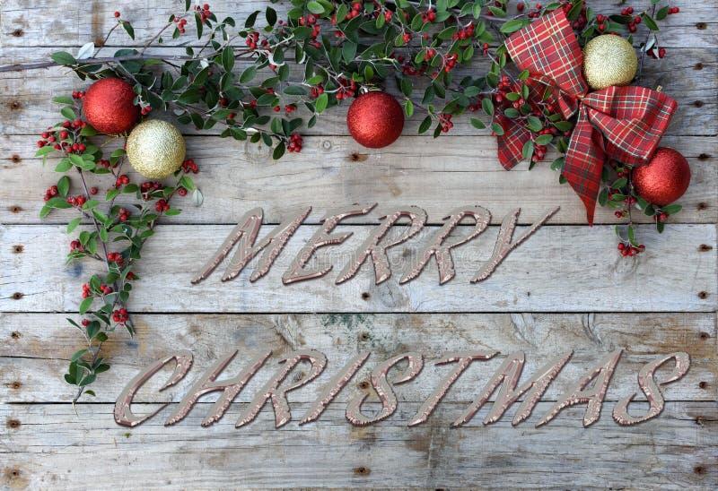 Κάρτα Χριστουγέννων για τους χαιρετισμούς Μεταλλικές επιστολές στο φυσικό ξύλινο υπόβαθρο Κόκκινη, χρυσή και άσπρη ταπετσαρία Χρι στοκ εικόνα