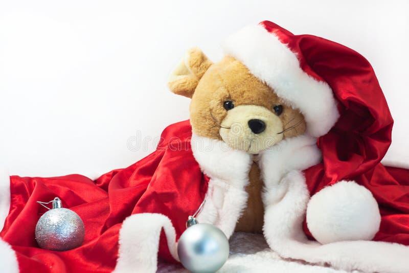 Κάρτα Χριστουγέννων με το σύμβολο του έτους 2020 ένας αρουραίος σε ένα κόκκινο καπέλο Santa σε ένα άσπρο υπόβαθρο στοκ φωτογραφία