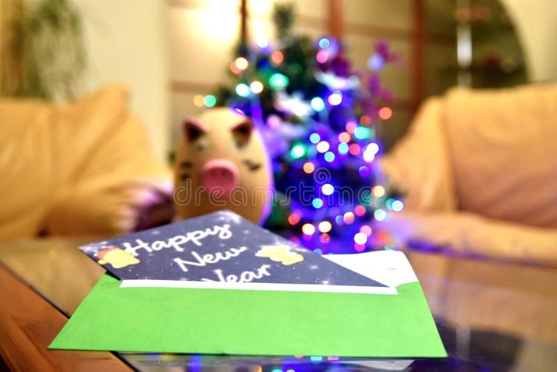 Κάρτα Χριστουγέννων, που βρίσκεται στον πίνακα κοντά στο χοίρο παιχνιδιών στοκ φωτογραφία με δικαίωμα ελεύθερης χρήσης