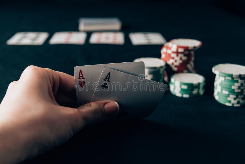 κάρτες ανασκόπησης που κρατούν την απομονωμένη παίζοντας λευκή γυναίκα στοκ εικόνες με δικαίωμα ελεύθερης χρήσης