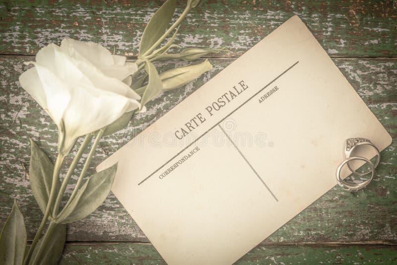 Κάρτες με το δαχτυλίδι και λουλούδια στην ξύλινη άποψη επιτραπέζιων κορυφών στοκ εικόνες με δικαίωμα ελεύθερης χρήσης