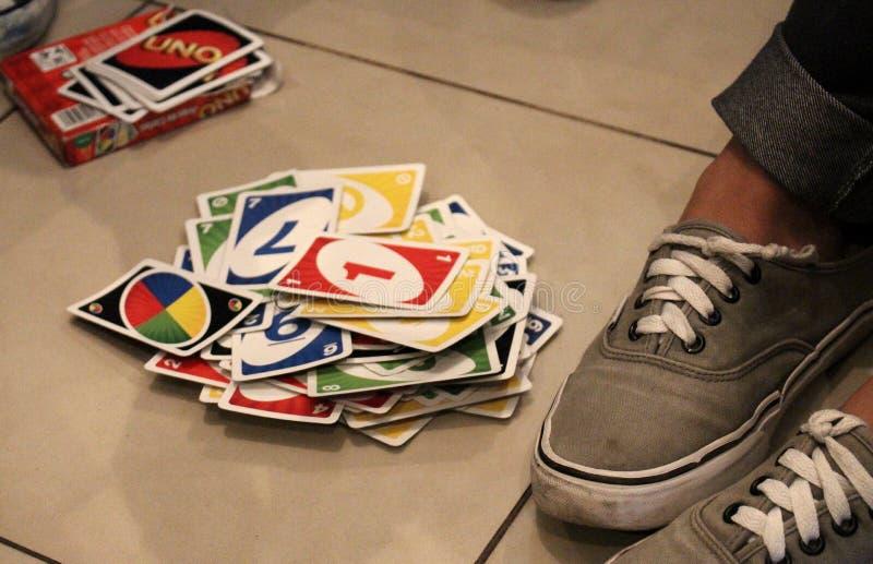 Κάρτες παιχνιδιού εφήβων στο πάτωμα Κατοχή κάποιας διασκέδασης στοκ εικόνα με δικαίωμα ελεύθερης χρήσης