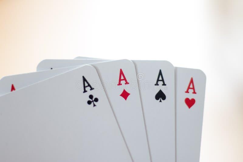 Κάρτες παιχνιδιού: Κάρτες πόκερ στο χέρι ενός νεαρού άνδρα στοκ φωτογραφίες
